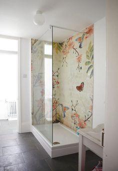 Красивая цветная картина на панно из плитки в зоне душевой