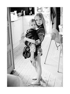 Baby getragen von der großen Schwester | von Børnefotograf Kristina Daley