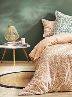 Tapis rond jute - Naturel/noir - 4 Le tapis en jute est un classique de la décoration bord de mer et lorsqu'il est rond il répond parfaitement à la dernière tendance. Dans cette chambre au mur vert sapin, loin des clichés on retrouve aussi une lampe de ch
