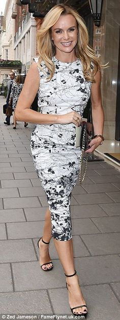 Amanda Holden turns heads in patterned monochrome dress Minimal Fashion, White Fashion, Work Fashion, Fashion Beauty, Stunning Dresses, Elegant Dresses, Amanda Holden Style, Simple Outfits, Spring Outfits