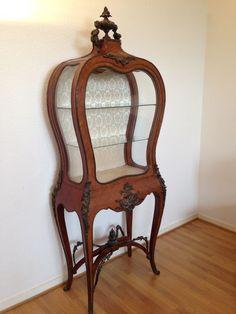Online veilinghuis Catawiki: Een Lodewijk XV stijl mahoniehouten vitrinekast - eind 19e eeuw / begin 20e eeuw