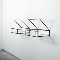 2010 'Open box' - Rob Gilad. Deze wandkastjes laten niks te denken over. Ze 'zweven' als het waren, er zijn geen details van schroeven of haken. Ook de inhoud is zichtbaar. Er is gebruik gemaakt van geometrische vormen, horizontale en verticale lijnen. Er zijn ook geen kleuren toegevoegd waardoor het puur gaat om de functie van het 'doosje'.