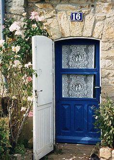 """Résultat de recherche d'images pour """"petite maison bretonne"""" Front Door Entrance, Door Entryway, Entrance Ways, Doorway, Doors Galore, Beautiful Front Doors, Cool Doors, Vintage Windows, Window Frames"""