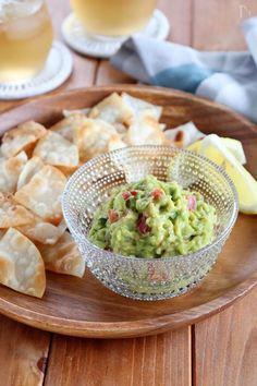 おつまみやパーティーにもピッタリなメキシコの定番料理。トルティーヤチップスでいただくのが定番ですが、手軽に手に入るぎょうざの皮でチップスを作って添えました。