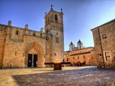 La Santa Iglesia Concatedral de Santa María es el más importante templo cristiano de la ciudad de Cáceres, de estilo románico de transición al gótico (siglo SV) y situado dentro del recinto delimitado por las murallas. Quizás no es tan espectacular como otras más grandes pero encaja perfectamente en un ambiente medieval tan excelso como el que podemos disfrutar en la ciudad extremeña.