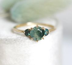 Moss Agate Ring with Teal Spphires Three Stone Ring Round Quartz Engagement Ring, Vintage Engagement Rings, Proposal Ring, Agate Ring, Three Stone Rings, Delicate Rings, Moss Agate, Fine Jewelry, Jewellery