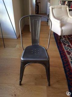 Vi säljer våra 4 Tolix stolar, Stol A i obehandlad mattlackad metall.  Har även 2 Tolix Tolix stol A 56 karmstolar galvaniserade och obehandlade. Mejlar gärna bilder på dem.  A-stolarna inköpta  2014 Nypris 2400-2550 kr/st Pris 4 st A-stolar 7500  A5...