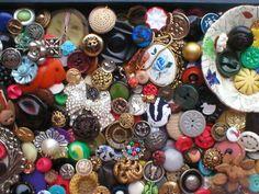 assortment vintage buttons from  antiquesnavigator.com