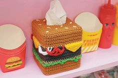Cheeseburger Tissue Box Cozy  •  Free #crochet  tutorial with pictures on how to make a tissues holder in 8 steps, hamburger, #haken, gratis patroon (Engels), hamburger, cheeseburger tissue doos, decoratie, #haakpatroon