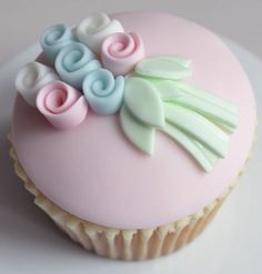 Cupcakes fondant flowers frostings 22 New Ideas Fondant Toppers, Fondant Cupcakes, Cupcake Cookies, Mocha Cupcakes, Fondant Bow, Marshmallow Fondant, Velvet Cupcakes, Fondant Tutorial, Pink Cupcakes