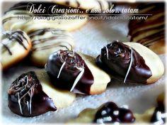 Biscotti friabili ai due cioccolati   ricetta per i gustosi biscotti friabili al burro ricoperti di cioccolato fondente variegato con cioccolato bianco...