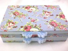Caixa de madeira forrade de tecido floral azul, com divisórias internas. R$ 73,50