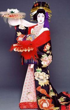 Fifth generation Bando Tamasaburo Japanese Costume, Japanese Kimono, Yukata, Noh Theatre, Kabuki Costume, Peking, Geisha Art, Theatre Costumes, Japan Art