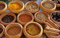 Kerriepoeder is een geelkleurig kruidenmengsel dat gebaseerd is op de Indiase kruidenmengels die gebruikt worden voor de typisch Indiase curry's. Kerriepoeder is inmiddels zo ingeburgerd dat het door velen niet meer als een mengsel, maar als een enkel ingrediënt wordt gezien. Kerriepoeder zoals we het in Nederland kennen is een milde, zoete, aromatische kruidenmix die een goede basis vormt voor veel gerechten. Het laat zich goed combineren met andere kruiden, zoals paprikapoeder, kardemom en…