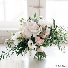 Brautstrauß in Blush-Tönen von Florietta Meisterfloristik. FOTO Marie Bleyer Fotografie #Brautstrauß #Brautstrauss #Weddingbouquet #Pfingstrosen #Ranunkeln #Peonies #peony #rosa #Eustoma Team Bride, Flower Power, Flower Arrangements, Wedding Flowers, Table Decorations, Bridal, Pink, Bouquet Wedding, Flower Jewelry