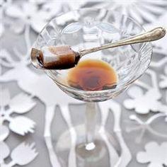 Genoeg vir 6 martiniglase 100 g donker sjokolade, gesmelt 250 ml yskoue vodka 75 ml koffielikeur gekapte ys 75 ml sterk espressokoffie suikerklontjies 1 Druk die rande van elke glas in die sjokolade, laat die meeste sjokolade afdrup en … Chocolate Martini, Chocolate Coffee, Vodka, Rose, Tableware, Desserts, Van, Tailgate Desserts, Pink