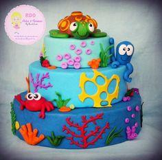 Bolo Cenográfico confeccionado em Biscuit, tema fundo do mar, com 3 andares, base maior com 40 cm e com 30 cm de altura (mais personagem do topo com cerca de 10 cm). Fazemos em outros temas, consulte por e-mail: rdoarteseformas@gmail.com Cores e personagens a combinar.  Informações: rdoarteseformas@gmail.com Baby Cakes, Sea Cakes, Baby Shower Cakes, 1st Boy Birthday, 2nd Birthday Parties, Cake Background, Bolo Fack, Pastel Cakes, Ocean Party