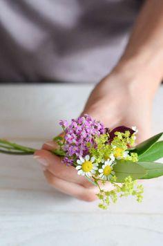 Wildflower Wedding - Part Tie a flower bracelet for bridesmaids yourself Flower Bracelet, Dream Wedding, Wedding Dreams, Wild Flowers, Herbs, Bracelets, Bridesmaids, Tie, Wildflowers Wedding