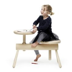 L'architecte et designer suédoise Mia Cullin présente cette série de bancs et de tabourets aux sièges ajustables !