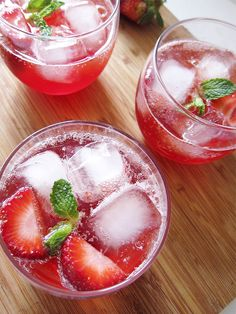 Sparkling Strawberry Lemonade Punch - super easy to make and great for a large party or gathering.