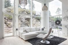Kiinnostaisiko asua upeassa kivitalossa, joka sijaitsee aivan meren tuntumassa? Tämä Naantaliin vuonna 2013 rakennettu arkkitehtuuriltaan upea Lammi-kivitalo liittyy osaksi ympäröivää luontoa tarjoten samalla hienot maisemat olohuoneen korkeista ikkunoista. Ympäröivä kallio liittyy luonnolliseksi osaksi sisustusta ja toimii luonnon omana televisiona ympäri vuoden inspiroiden eri vuodenaikojen väreillä ja tunnelmilla. Kohde on myynnissä Bo LKV -sivuilla. Olohuoneen suuri huonekorkeus luo…