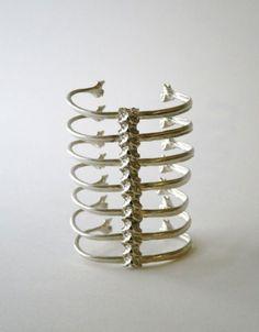 ayakanishi.com, spine bracelet.... seems beyond appropriate pour moi!