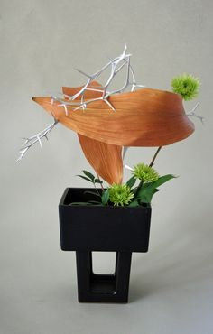 Ikebana with dried and fresh materials