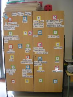 Mur de  mots French Classroom Decor, Ib Classroom, Classroom Environment, Core French, French Education, French Grammar, Teachers Corner, French Resources, Language Lessons