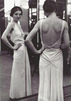 Alfred Eisenstaedt- Robe du soir Chanel, années The low back style was popular. Vestidos Vintage, Vintage Dresses, Vintage Outfits, Retro Mode, Vintage Mode, 1930s Fashion, Vintage Fashion, Fotografia Retro, Festa Party