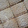 Ingrédients : 250 gr de beurre ramolli 125 gr d'amandes grillées et concassées 125 gr de graines de sésame grillées 125 gr de sucre ...
