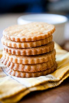 Delicate, buttery little shortbread cookies made with honey and brushed with a light glaze. Shortbread Recipes, Shortbread Cookies, Cookies Et Biscuits, Savoury Biscuits, Cookie Desserts, Cookie Recipes, Dessert Recipes, Cookie Ideas, Dessert Bars