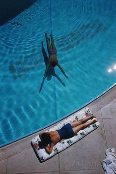 Swimmer and Sunbather Fotoprint van Slim Aarons bij AllPosters.nl