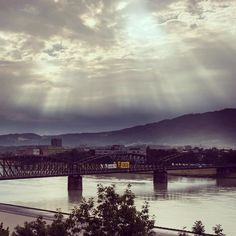 Die #Sonne über der #Linzer #eisenbahnbrücke #linzpictures #igerslinz #stau #verkehr #sommer #instaweather #linz #upperaustria #architecture #nature #sun #politics #urfahr #eisenbahn #öbb #traffic #austria #riverdanube #danubio #visitlinzin2021 #clouds