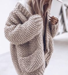stylish sweaters outfit for cold winter 39 ~ Modern House Design Cardigan Au Crochet, Knit Cardigan Pattern, Chunky Knit Cardigan, Chunky Knits, Mohair Sweater, Sweater Knitting Patterns, Knitting Ideas, Free Knitting, Pullover Outfit