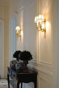love boiserie and golden appliques Classic Interior, Home Interior Design, Interior And Exterior, Foyer Decorating, Interior Decorating, Casa Milano, Flur Design, Wall Molding, Moulding