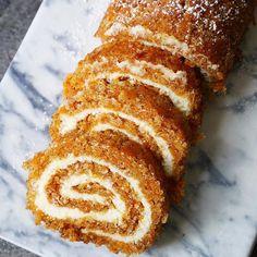 Morotskaka, en gammal favorit i ny form. Fira rulltårtans dag, den 9 augusti, med en bit eller två! Receptet hittar ni på brinkenbakar.se. Länk i profilen @brinkenbakar Carrot cake swiss roll