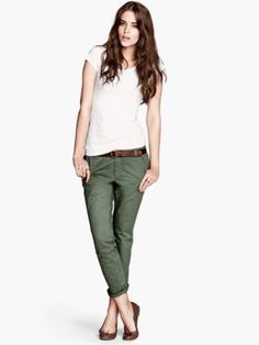 chino green pants H&M Olive Chinos, Olive Pants, Womens Fashion Casual Summer, Latest Fashion For Women, Le Closet, Outfits Damen, Pants For Women, Clothes For Women, Work Clothes