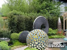 Green emphasizes the harmony of the silhouettes of the sculptures scattered in the garden and makes them a true work of art. With such garden decoration Design Jardin, Gras, Exterior Design, Bamboo, Backyard, Charmed, Display, Outdoor Decor, Outdoor Ideas