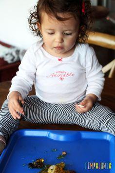 Mais uma brincadeira com gelatina para bebês - gabi explorando material