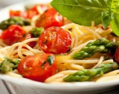 Pâtes aux asperges et tomates cerises : Savoureuse et équilibrée | Fourchette & Bikini