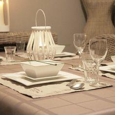 Gecoat tafellinnen Taupe Ruit - Dit tafellinnen is gemaakt van 100% geweven katoen met een acryl coating. Dit geeft uw tafelkleed de uitstraling van een stoffen tafelkleed, met het gebruiksgemak van een plastic kleed. Het tafellinnen valt soepel om uw tafel en gaat jaren mee. Ook ideaal voor horeca of zorginstelling.