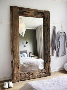 rustikaler Spiegel als Akzent im Schlafzimmer