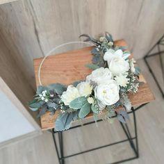 Obręcz z liśćmi starca i białymi kwiatami 30 cm Starco, Floral Wreath, Wreaths, Diy, Home Decor, Decoration Home, Bricolage, Room Decor, Diys