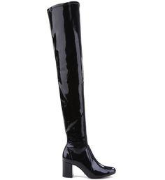 Daquelas botas que é capaz de pirar qualquer fashionista! A Maxi Over the Knee aparece aliada à uma das trends mais fortes da estação, o salto bloco. A combinação de peso dessas tendências garante um