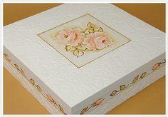 Forrar uma caixa com este papel texturizado com estampa floral é muito fácil e rápido, usando a Gomaflex Daiara seus trabalhos ficam muito mais bonitos e com a qualidade que você merece. Experiment...