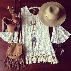 look blusa de crochê renda bolsa tachinha com franja  sandália  chapéu flexível joias