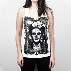 Regata Plugging Frida Kahlo, 100% Algodão, malha fio 30 penteado, nas cores branco e marfim com tecnologia anti-pilling e estampa silk toque zero. O design da estampa é inspirada na pintora Mexicana Frida Kahlo, que ficou conhecida por seus auto-retratos.