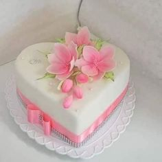 Heart shaped little wedding cake Heart Shaped Wedding Cakes, Heart Shaped Cakes, Heart Shaped Birthday Cake, Fondant Cakes, Cupcake Cakes, Fondant Tips, Ice Cake, Cake Pop, Valentines Day Cakes