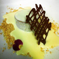 Cheesecake de café com calda de chocolate branco com Amaretto... #sensacional #combinaçaoperfeita #confeitaria #patisserie #sobremesa #dessert #pastrylover #instafood #aartedaconfeitaria