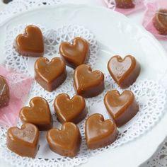 Kodin Kuvalehti – Blogit | Ruususuu ja Huvikumpu – Soodataikina -koristeet hurmaavat keveydellään. Tee itse kauneimmat kuusenkoristeet! Candy Recipes, Sweet Recipes, Dessert Recipes, Homemade Sweets, Homemade Candies, Sweet Cookies, Sweet Treats, Flan, Toffee